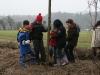 Unsere Kindergruppe pflanzt Kopfweidenstecklinge